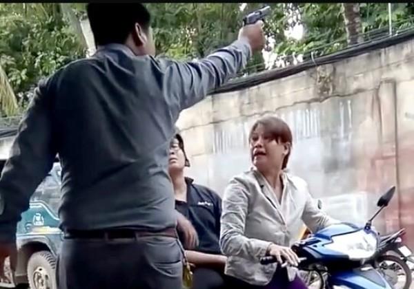 Hình ảnh được cho là ông Phương - giám đốc công ty bảo vệ Việt Nhật đã nổ súng, dọa bà Thúy (ảnh cắt từ clip)