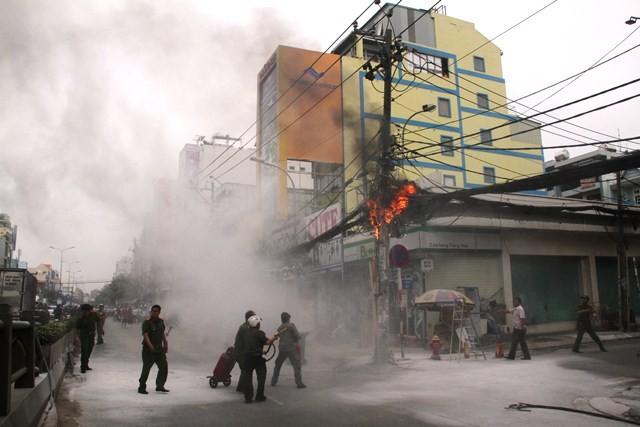 Lực lượng chức năng địa phương nỗ lực dập lửa