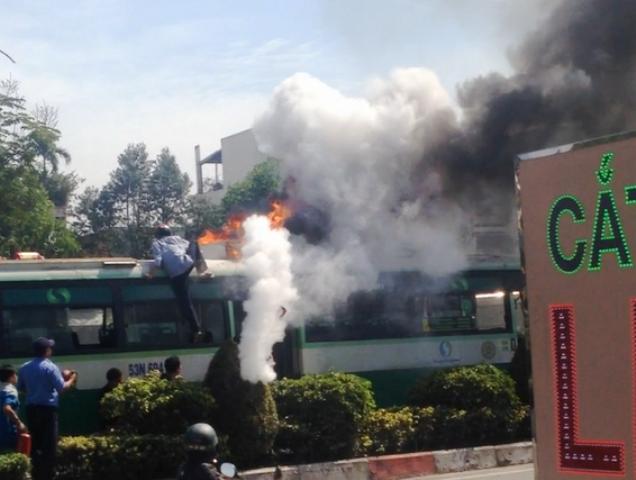 Xe buýt bốc cháy ngùn ngụt. Ảnh: Cắt từ clip.