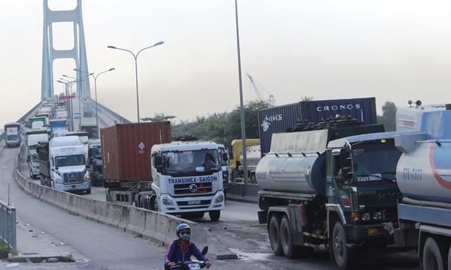 Hàng nghìn phương tiện chôn chân trên cầu