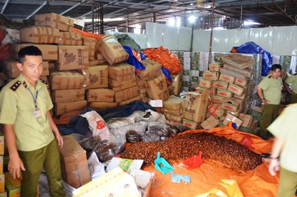 Cơ sở mức bẩn bị đội QLTT 6B kiễm tra nằm trong 1 bãi giữ xe ở đường An Dương Vương, quận 6