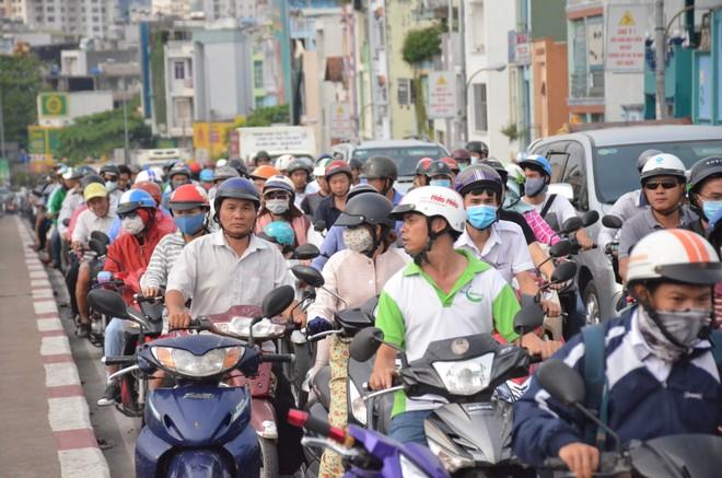 Nhiều người dân hiếu kỳ theo dõi khiến giao thông ùn ứ