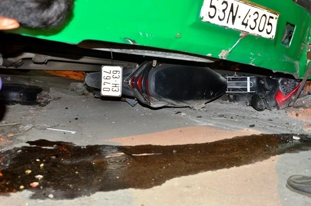 Xe máy bị cuốn vào gầm