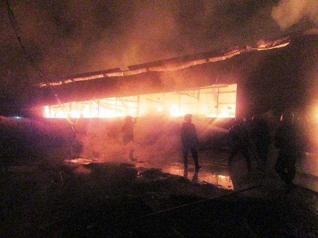 Cơ sở mộc bốc cháy nghi ngút lúc rạng sáng
