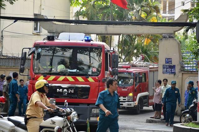Lực lượng PCCC nỗ lực dập tắt đám cháy tại ký túc xá