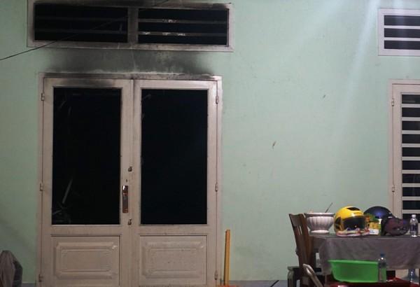 Ngôi nhà cháy là nhà cấp 4, cổng và cửa chính bị khóa lúc lửa bùng phát