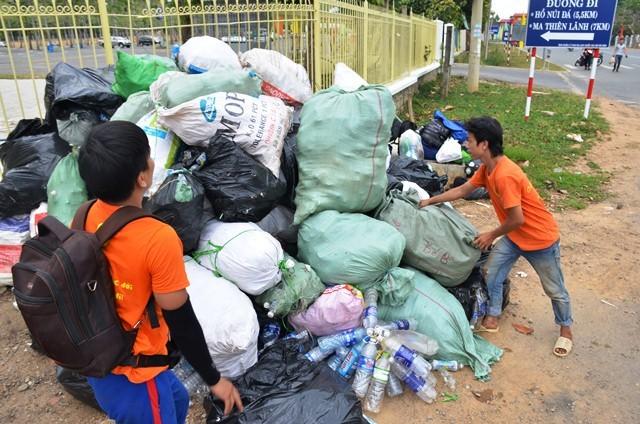 Rác thải và chai nhựa được chất đống sau khi đưa từ trên đỉnh núi xuống. Ảnh: Minh Hòa.