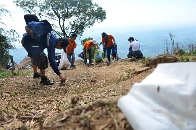 """Hơn 400 phượt thủ mở chiến dịch """"quét"""" rác trên núi Bà Đen ảnh 12"""