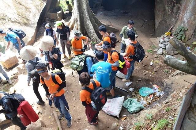 Mọi người sẵn sàng tiếp tục chuyển rác xuống núi sau khi nghĩ mệt tại một trạm tiếp tế thức ăn, đồ uống. Ảnh: Minh Hòa.