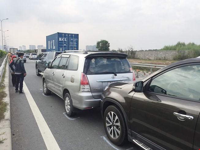Hiện trường vụ va chạm liên hoàn trên đường dẫn cao tốc