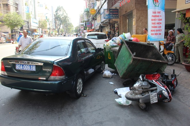 Tài xế ô tô biển xanh truy đuổi, ép ngã xe 2 tên cướp trên phố