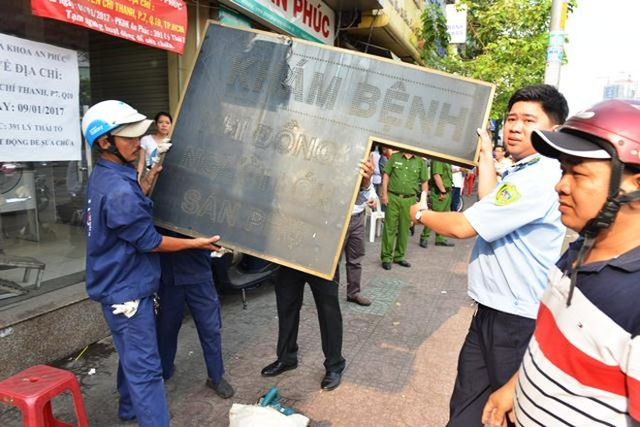 Nhiều bảng hiệu, mái che... lấn chiếm vỉa hè bị lãnh đạo quận 10 yêu cầu tháo dỡ