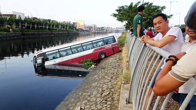 """Chiếc xe khách """"cắm đầu"""" xuống kênh Tàu Hủ"""