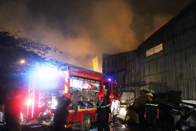 Cảnh sát PCCC dập lửa đám cháy
