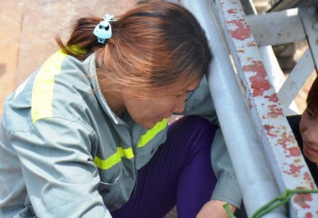 Người mẹ khóc ngất khi con đuối nước, mất tích dưới sông ảnh 4