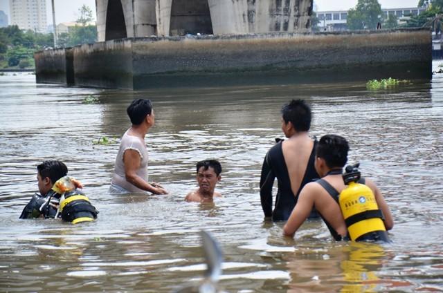 Người mẹ khóc ngất khi con đuối nước, mất tích dưới sông ảnh 1