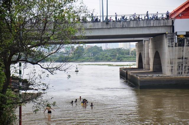 Người mẹ khóc ngất khi con đuối nước, mất tích dưới sông ảnh 6