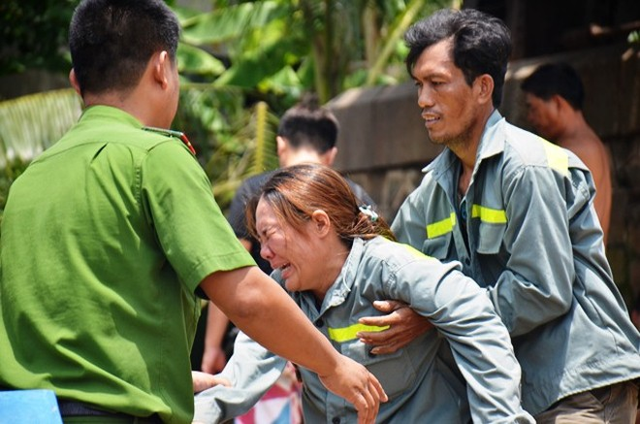 Người mẹ khóc ngất khi con đuối nước, mất tích dưới sông ảnh 5