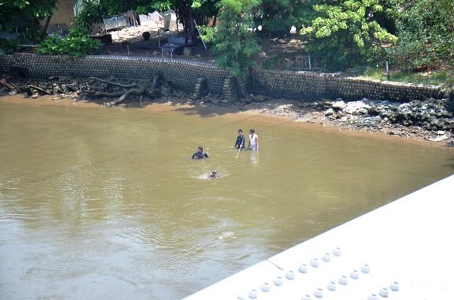 Người mẹ khóc ngất khi con đuối nước, mất tích dưới sông ảnh 2