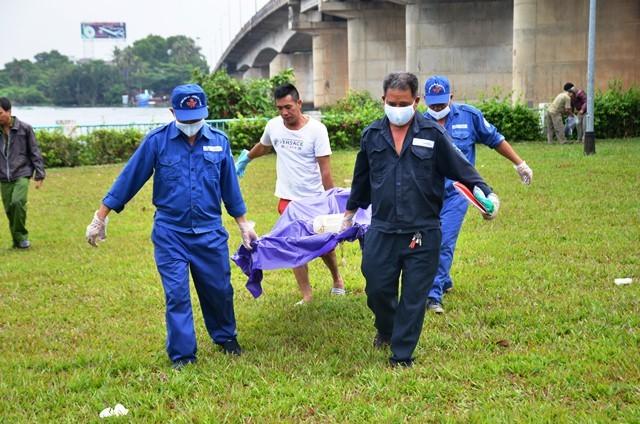 Thi thể nạn nhân được đưa về nhà xác để phục điều tra