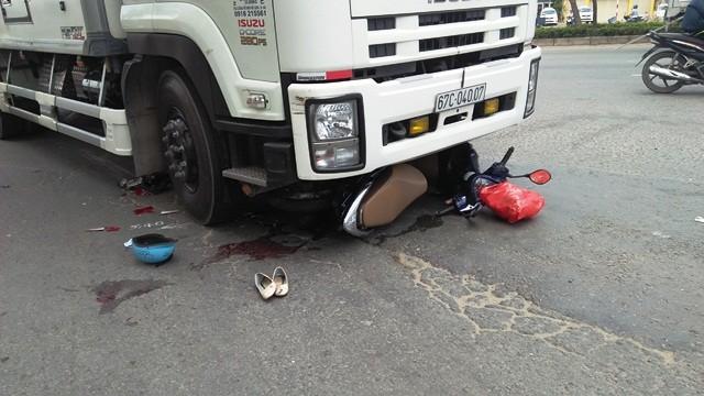 Chiếc xe máy cùng nạn nhân bị xe tải cuốn vào gầm