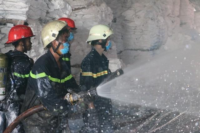 Lực lượng PCCC tiếp cận, dập tắt đám cháy