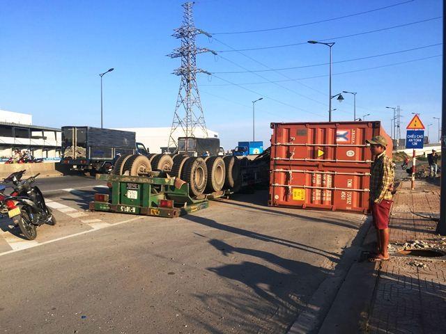 Xe container lại lật trên đường Võ Chí Công ảnh 1