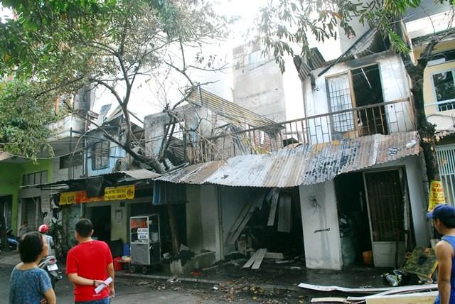 Cơ sở may mặc cháy lửa lan sang thiêu rụi nhà dân