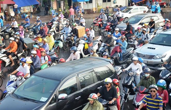 Cơn mưa khiến giao thông tại vòng xoay Phạm Văn Đồng, quận Gò Vấp ùn ứ nghiêm trọng.
