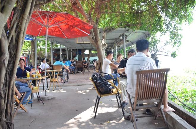 Quán cà phê bờ sông hoặc sân vườn hút khách