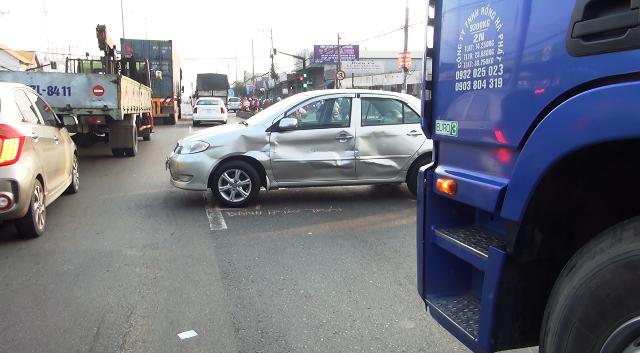 Ô tô 4 chỗ móp méo sau va chạm giao thông