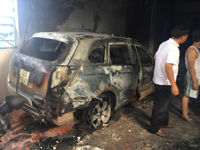 1 ô tô bị cháy trơ khung