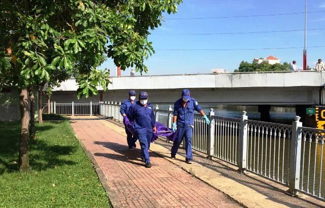 Thi thể nạn nhân được đưa về nhà xác để phục vụ công tác điều tra