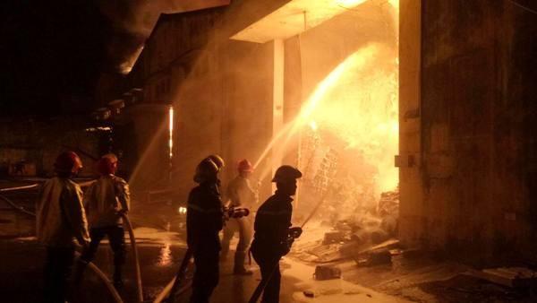 Cháy cực lớn khu nhà kho trong cảng Sài Gòn