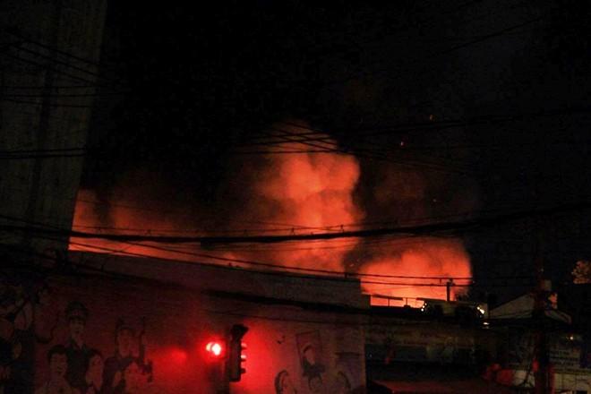Đến rạng sáng 23/6, ngọn lửa vẫn bao trùm, kèm theo nhiều tiếng nổ lớn
