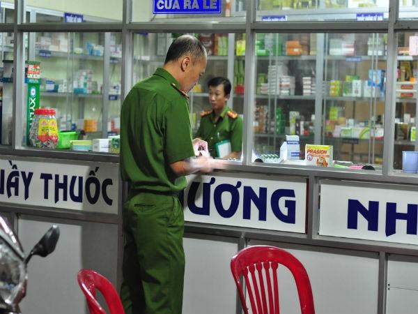 Cơ quan Công an khám nghiệm hiện trường vụ án mạng tại hiệu thuốc Phương Nhàn