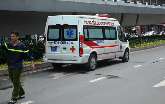 Hai người bị thương được đưa đi cấp cứu