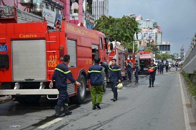 Cửa hàng sơn bốc cháy dữ dội, 3 người thương vong