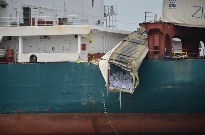 Hàng hóa trong container rơi xuống sông