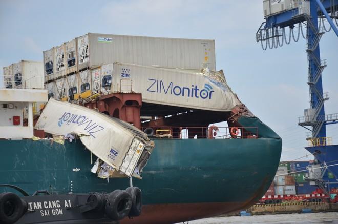 Sau va chạm, nhiều thùng container trên tàu bị rách bươm