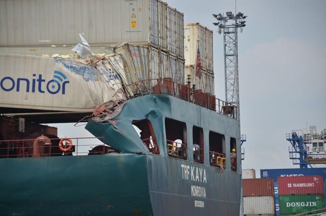 Đuôi chiếc tàu bị móp méo, hư hỏng sau va chạm