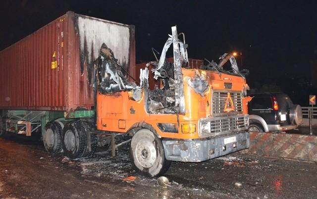 Xe container bốc cháy trên cầu vượt ngã tư Thủ Đức