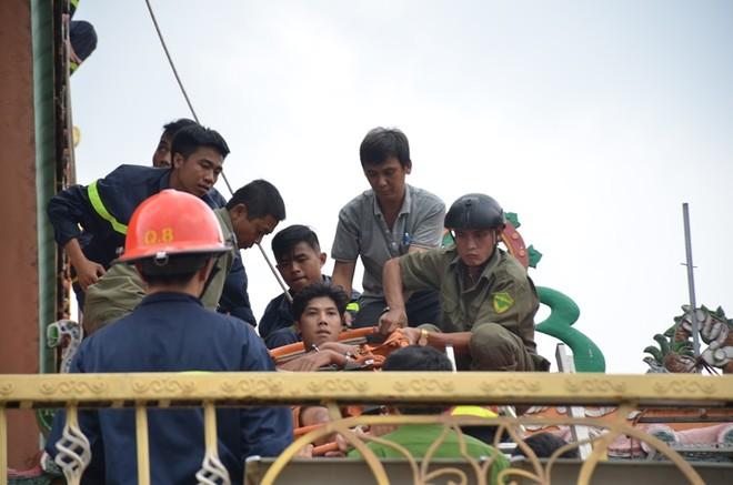 Sau nhiều giờ nỗ lực, lực lượng chức năng cũng đưa được thanh niên xuống đất an toàn