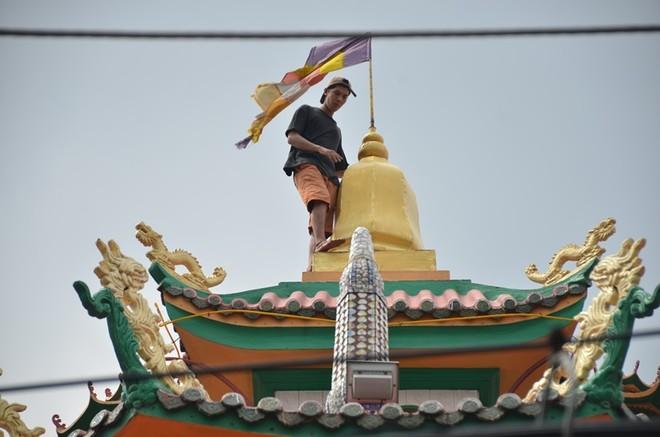 """Thanh niên nghi """"ngáo đá"""" leo lên nóc chùa An Phú"""