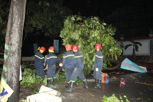 Lực lượng cứu hộ đến hỗ trợ dọn dẹp hiện trường