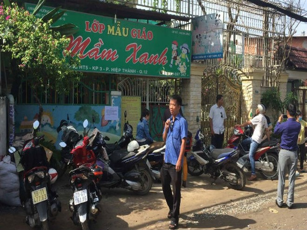 Nhiều phụ huynh có mặt trước trường mầm non tư thục Mầm Xanh vào chiều 27/11 để bày tỏ sự bức xúc, phẫn nộ