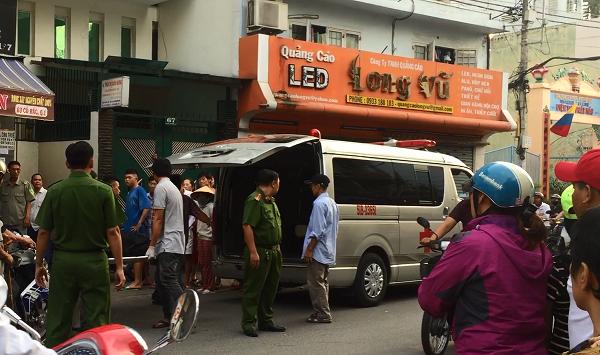 Lực lượng chức năng đưa thi thể nạn nhân Hiền đi vào chiều 1-1
