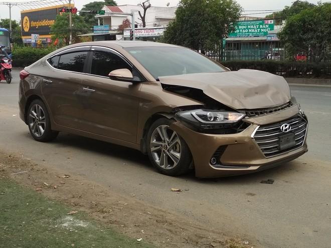 Ô tô 4 chỗ hư hỏng nặng sau va chạm