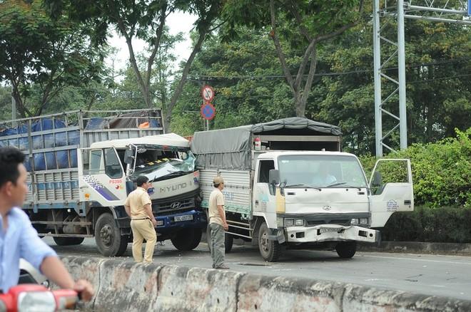 Các phương tiện dính vào nhau trong vụ tai nạn liên hoàn