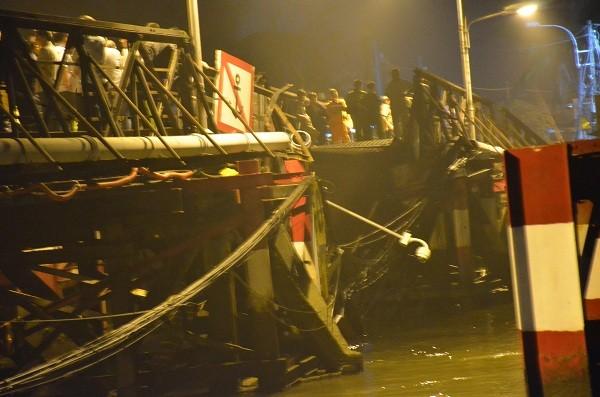 Lực lượng cứu hộ vẫn đang tích cực tìm kiếm dưới sông